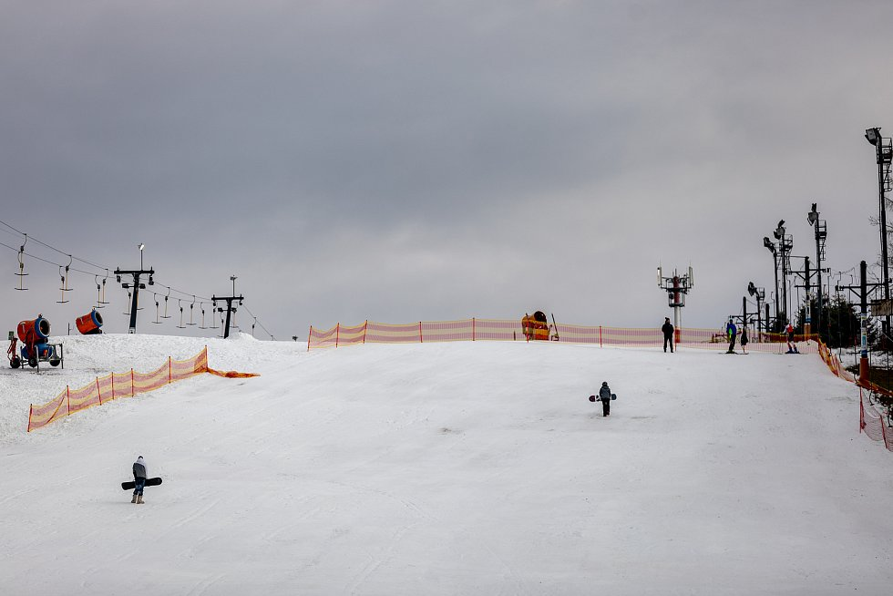 Rodiny s dětmi využily pěkného počasí a sáňkovali v areálu Vaňkův kopec, 28. prosince v Horní Lhotě.