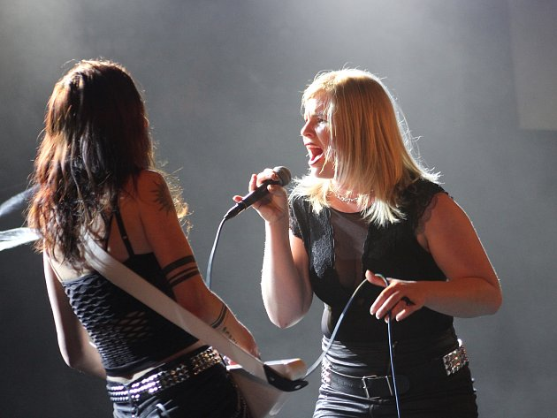 Ostravská dívčí rocková kapela Kapriola vystoupila jako předskokan na koncertě kapely Limetal vDOV