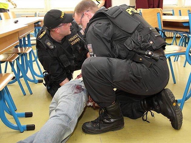Cvičení. Úkolem policistů byla likvidace šíleného střelce.