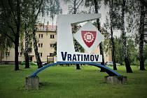 Měststký znak u frekventované křižovatky vedle městského úřadu, kde se počítá s vybudováním kruhového objezdu.