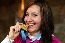 Denisa Rosolová se zlatou medailí z halového mistrovství Evropy v atletice, které se konalo letos v Paříži. Vyhrála zde závod na 400 metrů.