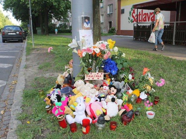 Místo nehody je označeno jménem Pavlínka a je pokryté plyšovými hračkami.