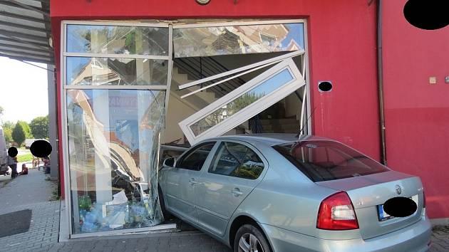 Auto v Ostravě vjelo do prodejny potravin.