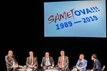 Veřejná debata ostravských primátorů, kteří stáli v čele města po roce 1990, 7. listopadu 2019 v Ostravě. Zleva Evžen Tošenovský, Čestmír Vlček, Aleš Zedník, Petr Kajnar a Tomáš Macura.