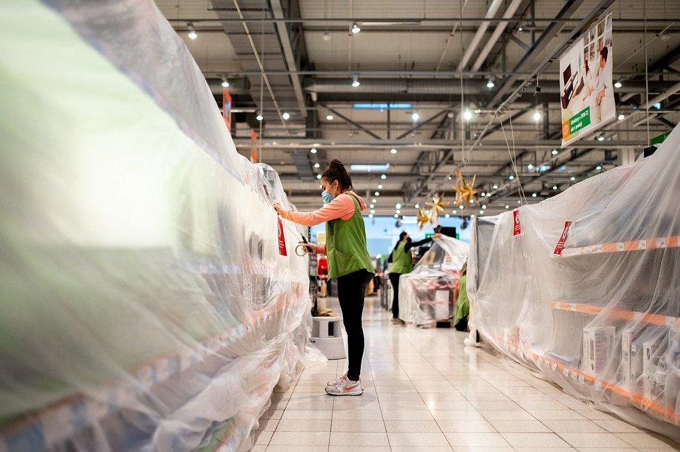 Zakryté regály vyznačující plochu se zákazem vstupu zákazníků v hypermarketu Globus, 27. prosince 2020 v Ostravě. Od neděle začal platit nejvyšší, pátý stupeň pohotovosti protiepidemického systému PES. Prodávat tak bude nyní možné v obchodech pouze základ