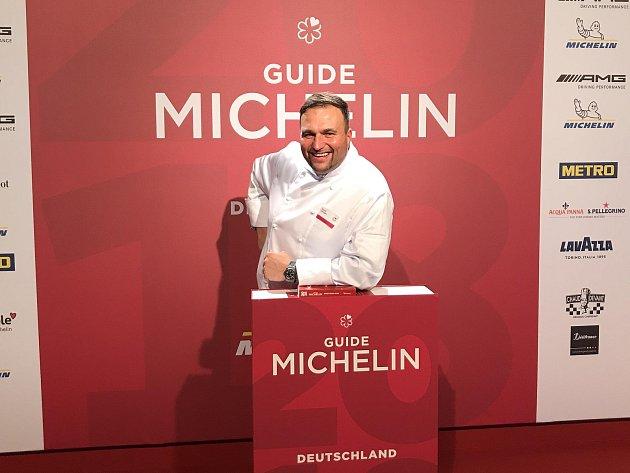 Šéfkuchař Daniel Georgiev se raduje z vysokého ocenění.