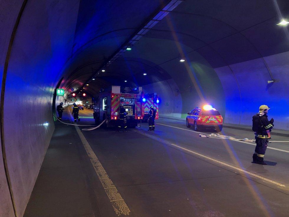 Požár automobilu v tunelu na D1 u Klimkovic.