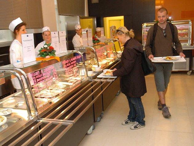 RADNIČNÍ V NOVÉM. První hosty po rekonstrukci přivítal personál Radniční restaurace.