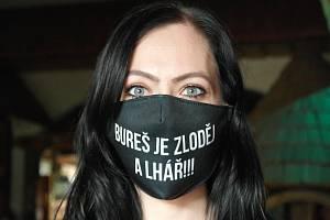 """Rouška s názorem, tak nazývají """"Čarodějky"""" ochranu dýchacích cest na prodej. Ostrava, červenec 2021."""