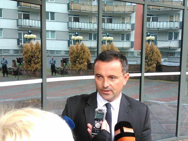 Státní zástupce Miroslav Stoklásek opustil soud bočním vchodem. Před justičním palácem ale pozornosti médií neušel. Stručně jen uvedl, že soud jeho návrhům vyhověl.