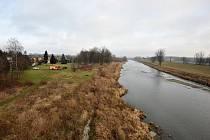 V těchto místech by měla být na jaře příštího roku dokončena protipovodňová hráz.