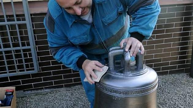 Zvon určený pro věž kostela v Dětřichovicích na Bruntálsku