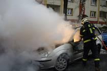 Zásah hasičů u požáru vozidla ve Volgogradské ulici.