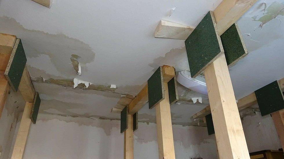 Přízemní byt samoživitelky Světlany den po výbuchu varny pervitinu u souseda Pavla v domě na sídlišti Hrabůvka v Ostravě-Jihu.