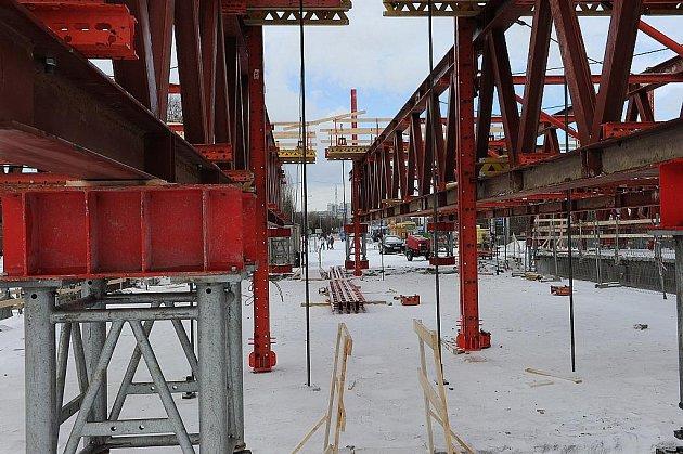 V současnosti dominuje opravované půlce Svinovských mostů monstrózní příhradová konstrukce. S její pomocí se budou zvedat jednotlivá pole jak silničního, tak tramvajového mostu.