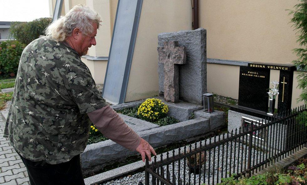 Oplocení hrobu, na němž se Pavlu Spáčilovi stal při spouštění rakve s nadlesním pracovní úraz.