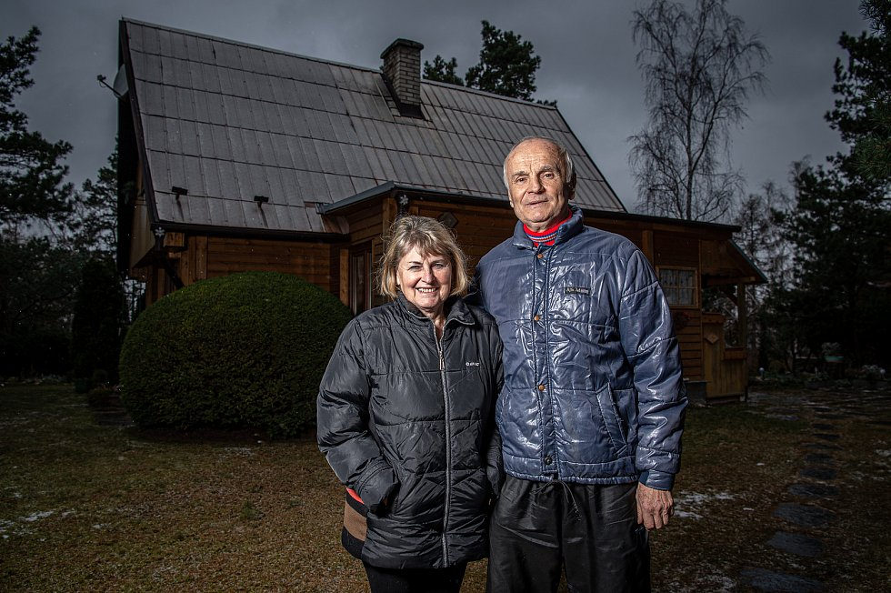Bývalý hráč Baníku Ostrava Rostislav Vojáček poskytl Deníku rozhovor, 4. prosince 2020 v Jakartovicích. Rostislav Vojáček s manželkou Janou Vojáčkovou před svojí chatou.