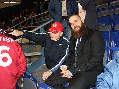 Jan Výtisk je zraněný a tak sledoval poslední extraligové utkání se Spartou z tribuny Ostravar Arény. Jeho fanoušci ho obletovali celý zápas.