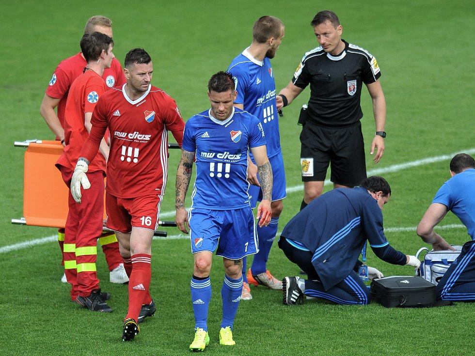 Jan Laštůvka, gólman ostravského Baníku, povzbuzuje zraněného spoluhráče Martina Filla. V Karviné se hrálo tvrdě.