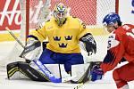 Mistrovství světa hokejistů do 20 let, čtvrtfinále: ČR - Švédsko, 2. ledna 2020 v Ostravě. Na snímku (zleva) brankář Švédska Hugo Alnefelt a Otakar Sik.