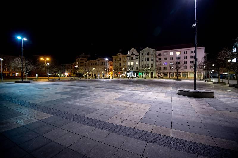 Prázdné Masarykovo náměstí 13. března 2020 v Ostravě. Vláda ČR vyhlásila dne 12. března 2020 stav nouze a rozhodla, že všechny restaurace a hospody budou kvůli koronavirovým opatřením uzavřeny ve 20:00.