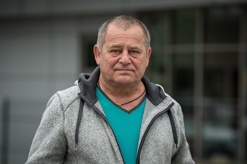 Dnes již bývalému strážníkovi Milanu Filipovskému předal ředitel Městské policie Ostrava Miroslav Plaček dárky jako poděkování za jeho dlouholeté působení v řadách strážníků.