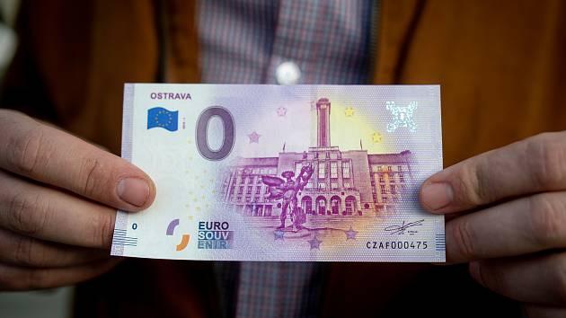 Ostrava se stává pátou lokalitou v České republice, která reaguje na zvyšující se poptávku po eurobankovkách. Nový suvenýr s nulovou nominální hodnotou se ode dneška prodává s motivem nové radnice.
