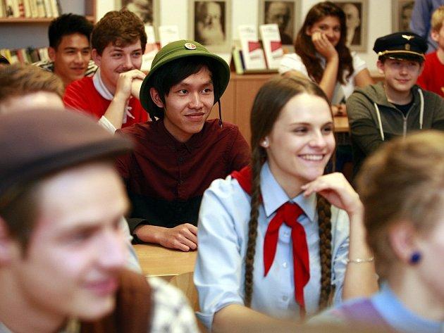 Studenti Wichterlova gymnázia v Ostravě Porubě se zapojili do projektu festival Svobody. Do školy přišli v dobových kostýmech.