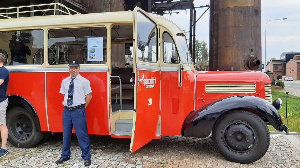 Řidič Pavel Orlíček u historického autobusu, který byl v sobotu 5. června 2021 k vidění u Světa techniky v Dolních Vítkovicích.