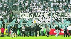 Chuligáni Opavy atakují sektor Baníku Ostrava během pohárového utkání v roce 2009. Bude se opakovat podobný incident i v sobotu?