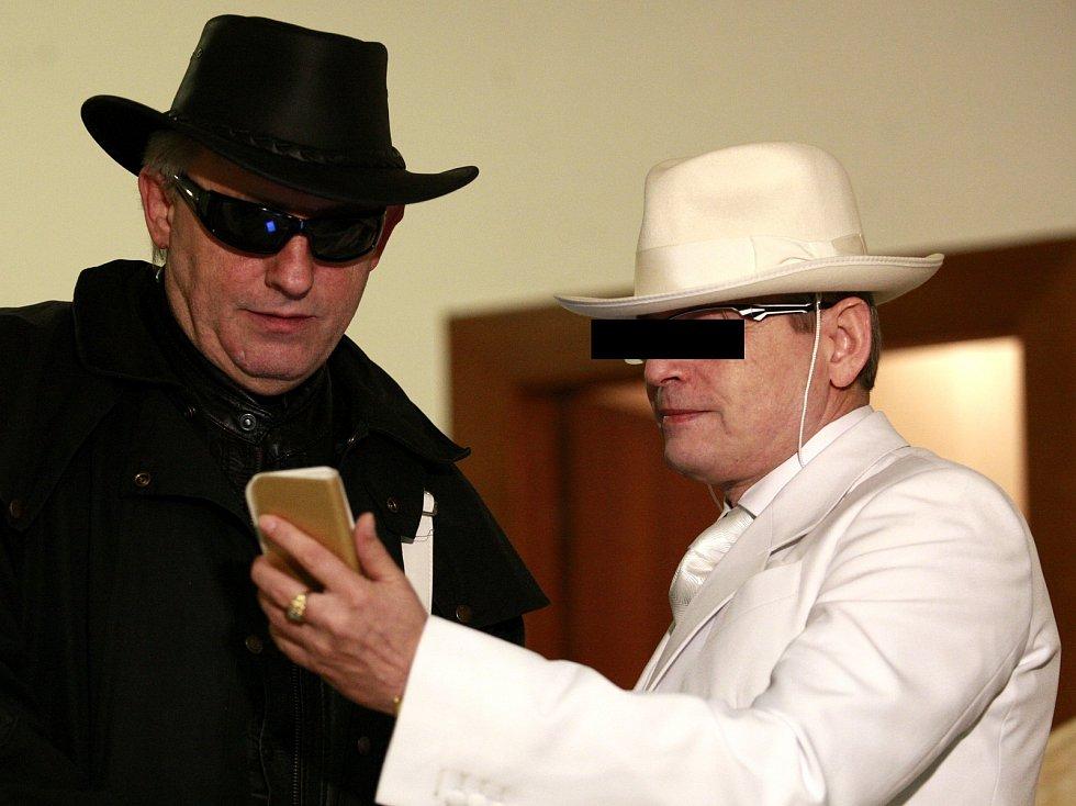 Údajný šlechtic Karel Š. (vpravo v bílém) si v březnu 2015 vyslechl rozsudek. Na snímku s jedním ze svých příznivců, kteří jej k tehdy k soudu doprovodili.