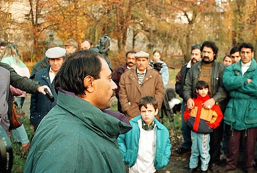 Protest. Ještě vroce 1999dokázali Romové manifestovat proti rasismu a nesnášenlivosti. VKarviné stál vjejich čele právník Emil Ščuka.