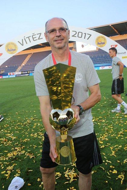 Strofejí. Loni na jaře si nynější trenér Baníku Ostrava mohl potěžkat pohár určený vítězi MOL Cupu.