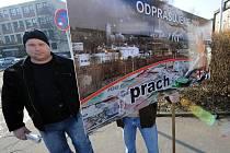 Minoritní akcionáři ostravské hutní firmy ArcelorMittal ve čtvrtek protestovali s ironickými transparenty u budovy hotelového domu Kovák v Ostravě-Kunčicích, kde se konala valná hromada, proti hospodaření společnosti.