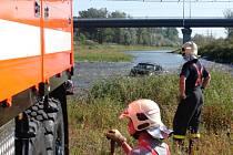 Ostravští hasiči tahali terénní auto z řeky Odry.