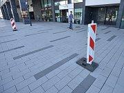 Na veřejném prostranství mezi obchodním centrem Forum Nová Karolina a bytovou rezidencí si lidé mohli všimnout označení, která určují místa, kde se propadá zhruba čtyři roky stará dlažba. Město Ostrava už ji reklamuje u zhotovitele.