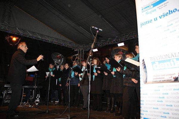 Ve vánočním městečku vHavířově právě zpívá sbor Canticorum.