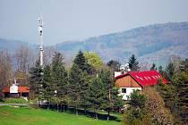 Kopec Svinec s chatou jsou vyhledávaným cílem turistů.