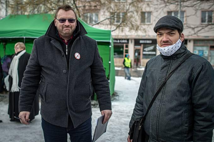 Objevil se i na protivládní demonstraci v Ostravě (vlevo).