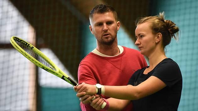 Tenisový trénink hráčky Barbory Krejčíkové, 28. listopadu 2018 v Ostravě. Na snímku (vlevo) trenér Pavel Šnobel.
