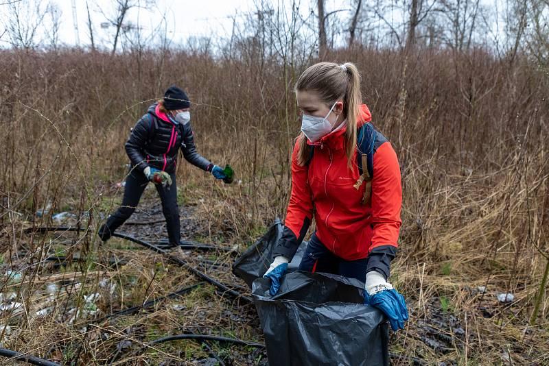 Pojďte s námi uklízet Ostravu. To byla dobrovolnická akce, jejíž cílem bylo uklidit okolí od odpadků a nepořádku kolem Slezskoostravského hradu, 17. dubna 2021 v Ostravě.