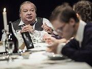 SPALOVAČ MRTVOL. Jedno z představení v ostravském Divadle Petra Bezruče, v němž hlavní roli hraje Norbert Lichý (na snímku).