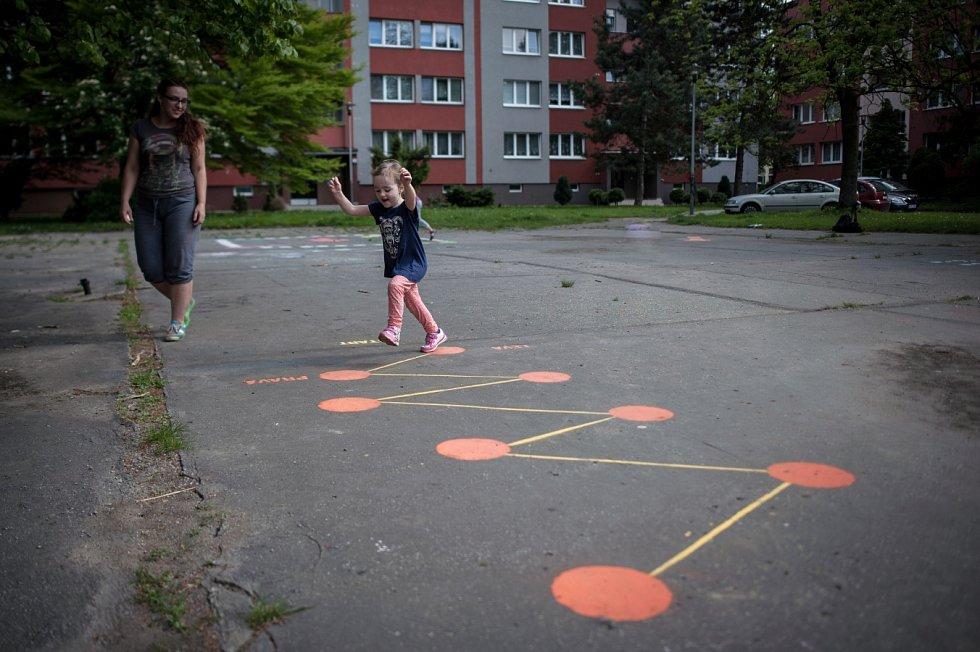 Skákací panák, člověče nezlob se, piškvorky, twister, čáp ztratil čepičku... To jsou jen některé z barevných her na chodník, které vznikají na volných asfaltových plochách v režii Terezy Vašnovské.