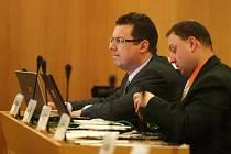Ve třech samosprávách stále působí jako zastupitel místní politik Jan Stoklasa (vlevo). Do lavic zastupitelů Moravskoslezského kraje přesedl z křesla radního letos v únoru poté, co se provalila jeho podezřelá podnikatelská minulost.
