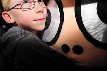 KRYŠTŮFEK. Plyšová hračka bude pomáhat dětem překonávat strach a napětí.