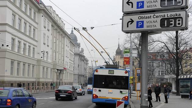 V první fázi projektu budování inteligentního dopravního systému bylo v centru Ostravy nainstalováno třicet proměnných tabulí, které navigují řidiče na volná parkoviště.