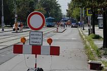 Část ulice 28. října mezi zastávkami Krajský úřad a Dům energetiky v centru Ostravy je od pátku kvůli opravám kolejí uzavřena.