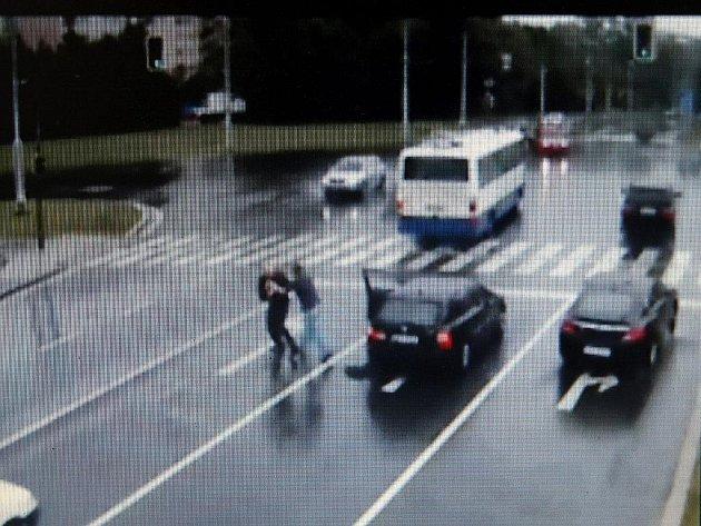 Kamerový systém zachytil potyčku dvou řidičů. Ilustrační foto.