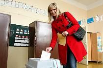 V pátek k volební urně v Kravařích přišla i Monika Žídková, MISS Europe '95.