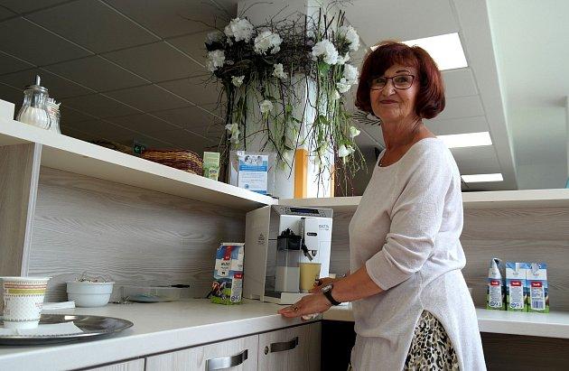 Čtyřicet káv vprůměru denně přichystá během dvou hodin své dobrovolnické služby Jana Svobodová vKavárně života na klinice hematoonkologie vporubské fakultní nemocnici.